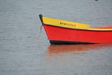 bateau de pêche rouge et jaune
