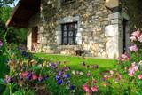 Fototapety fleurs et maison en pierres
