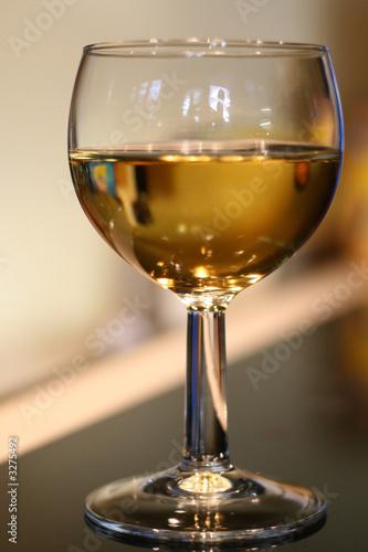 Verre de vin blanc verre ballon photo libre de droits sur la banque d 39 images - Verre a vin ballon ...