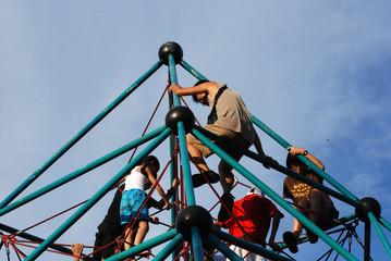 children climbing the pyramid in the parks