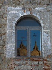 cupola riflessa in una finestra