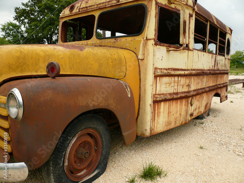 old rusty school bus