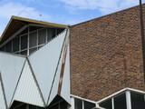 triangles, briques et ciel bleu poster
