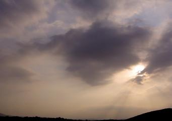 céu cinzento em paisagem negra...