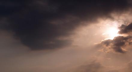 céu cinzento com sol escondido