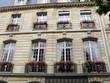 façade de pierre, fenêtres fleuries