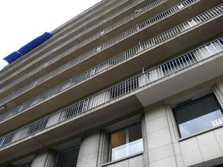 balcons et store bleu ouvert