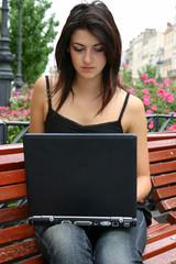 jeune femme ordinateur portable