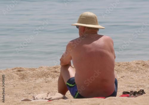 homme assis sur la plage