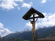 kreuz mit christus in den tiroler alpen