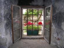 Widok z latticed okna zamku