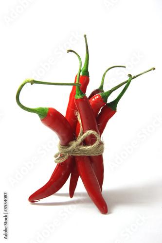 pęczek czerwonej papryczki chilli, związany liną