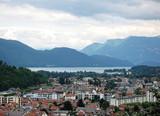 Fototapety Vue sur Aix-Les-Bains et le lac du Bourget en Savoie.
