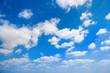 sehr schöner Sommer Himmel mit weißen Wolken