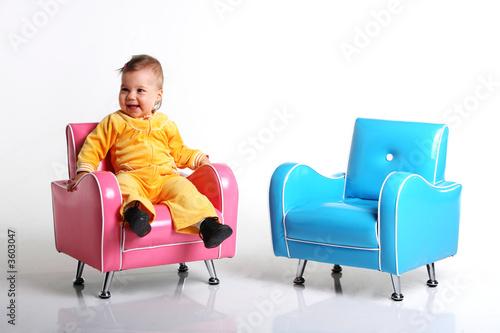kinderm bel h bsches m dchen auf einem sessel von ar lizenzfreies foto 3603047 auf. Black Bedroom Furniture Sets. Home Design Ideas