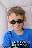 kind mit sonnenbrille poster