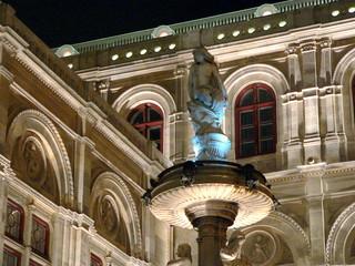 Brunnen an d. Wr. Staatsoper bei Nacht