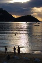 Bahía Concha Concha y Playa en el crepúsculo. San Sebastián, España