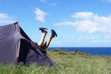 joie du camping : toile de tente et campeur