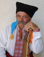 Senior ukrainian musician with bandura 4