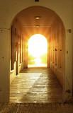 Boskie jasne światło w drzwiach - 3654402