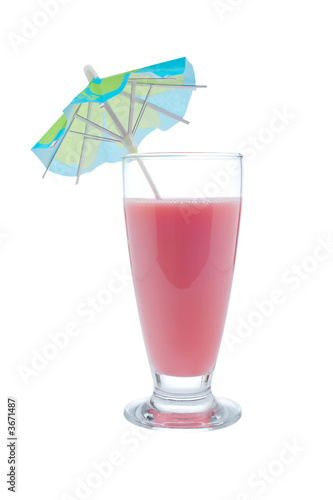 Свежей и питательной клубники молочный коктейль с зонтиком на белом фоне.