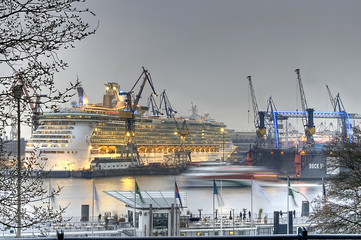 kreuzfahrtschiff und kräne