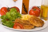Fototapety Paniertes-Wiener Schnitzel mit Salat und Nudeln - 8 -