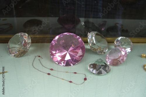 geschliffenes glas schmuck in einem schaufenster von ernstboese lizenzfreies foto 3740466 auf. Black Bedroom Furniture Sets. Home Design Ideas