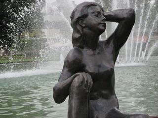 Skulptur vor Springbrunnen