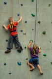 Junge und Mädchen klettern um die Wette - 3753095