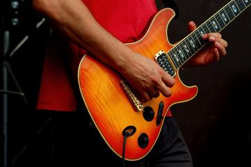 Mann spielt eine E-Gitarre
