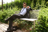 Geschäftsmann auf parkbank