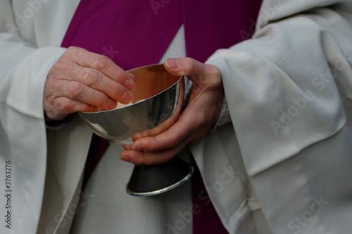 religieux donnant l'hostie