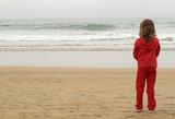 Niña mirando al mar poster