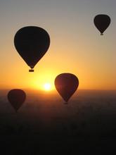 Heißluftballon bei Sonnenaufgang
