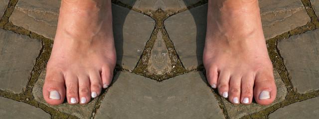 füsse auf pflastersteinen