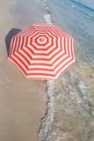 farebný slnečník na pobreží