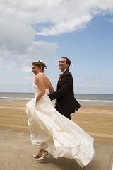 mariés dans le vent à la mer