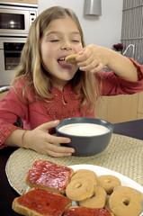 Bambina fa colazione