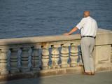 Anciano mirando el mar poster