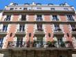 Façade brique rouge, pierre, et balcons de fer, Paris