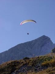 Gleitschirmflieger an der Alpspitze
