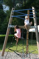 Enfants grimpant