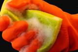 Burete deţinute de o mână într-o mănuşă de protecţie portocaliu