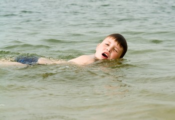 boy swims the crawl..