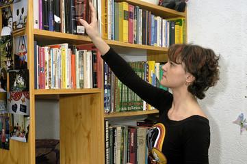 Frau sucht Buch