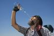 Tramper trinkt aus Wasserflasche