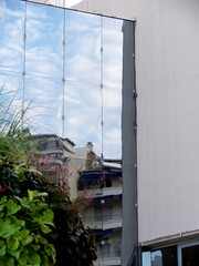 Reflet du ciel dans une façade à cannes