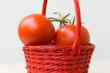 Tomaten unf Pfefferoni im roten Korb